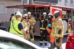 准备好的消防队员干预在化工事故地点 图库摄影