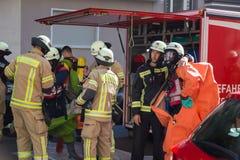 准备好的消防队员干预在化工事故地点 免版税库存图片