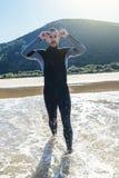 准备好的游泳者去游泳 免版税库存图片