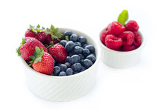 准备好的莓果是吻合白色背景 免版税库存图片