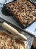 准备好的薄饼 在烤板的谎言 在视图之上 库存照片