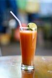 准备好的西红柿汁服务 库存图片