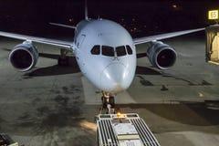 准备好的飞机上在门 免版税库存照片
