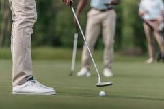 准备好的高尔夫球运动员对在航路的射击 库存图片