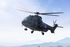 准备好的直升机飞行在天空 库存图片