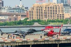 准备好的直升机飞行在曼哈顿 免版税库存照片