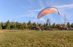 准备好的滑翔伞离开在青山 免版税库存图片