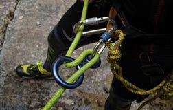 准备好的Canyoner得到坐式下降法在简单的绳索 免版税库存图片