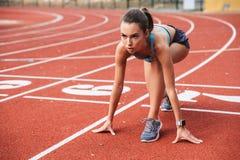 准备好确信的年轻的女运动员 库存照片