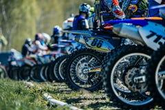 准备好竟赛者的摩托车开始轮子一个背面图  免版税库存图片