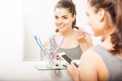 准备好繁忙的妇女在卫生间里 免版税库存图片