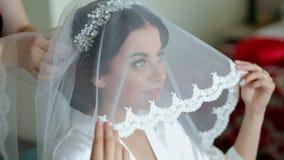 准备好美丽的妇女婚礼之日,藏品面纱和微笑 股票视频