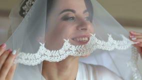 准备好美丽的妇女婚礼之日,藏品面纱和微笑 股票录像