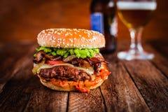 准备好美味的牛肉的汉堡被享用! 免版税库存图片