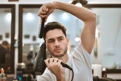 准备好英俊的人在理发店 免版税库存照片