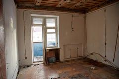 准备好被放弃的房子爆破 免版税库存图片