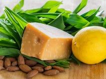 准备好赎金叶子、乳酪、的杏仁和的柠檬准备 免版税库存照片