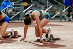 准备好起动女运动员短跑选手跑100米 免版税库存图片