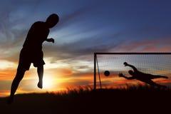 准备好足球运动员的剪影执行点球 免版税库存照片