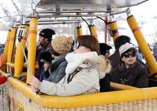 准备好里面热空气气球篮子的亚洲旅游小组飞行在神仙的烟囱 免版税库存照片