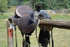 准备好马的马鞍被采取 库存照片