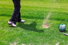 准备好高尔夫球运动员的低的部分击中球 免版税库存照片