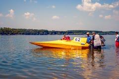 准备好黄色的快速汽艇开始 库存照片