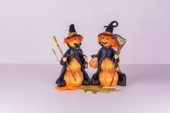 准备好2个逗人喜爱的巫婆万圣夜党 库存照片