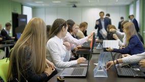 准备好年轻学生的女孩坐在桌上和事务对策 股票录像