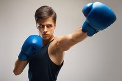 准备好年轻的拳击手战斗 免版税库存图片