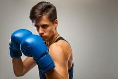 准备好年轻的拳击手战斗 库存图片