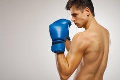 准备好年轻的拳击手战斗 免版税图库摄影