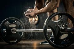 准备好年轻的运动员举重训练 在准备对卧推的滑石的Powerlifter手 库存图片