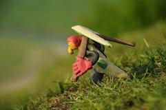准备好滑稽的彩色塑泥悬挂式滑翔机飞行员的形象离开从 库存图片