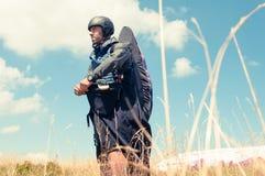 准备好滑翔伞佩带的设备飞行 免版税库存图片