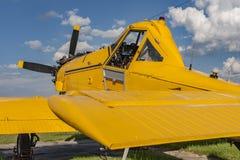 准备好黄色农业的航空器飞行 库存图片