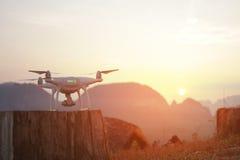 准备好Quadcopter的寄生虫离开 现代反对Beautifull金黄日落的飞行小配件等待的命令 Phang Nga 免版税库存照片