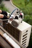 准备安装新的空调器 库存图片