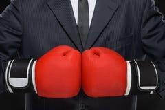 准备对企业争斗。商人特写镜头在红色拳击的 库存照片
