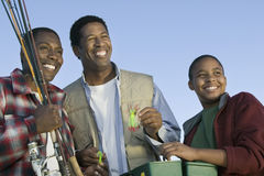 准备对用假蝇钓鱼的人和男孩 免版税库存图片