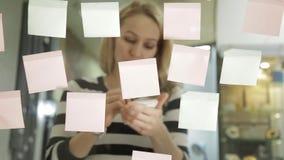 准备对群策群力的创造性的女实业家会议在现代玻璃办公室 使用不同的颜色贴纸 影视素材