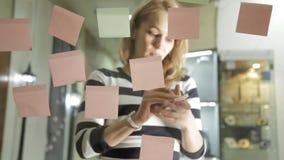 准备对群策群力的创造性的女实业家会议在现代玻璃办公室 使用不同的颜色贴纸 股票录像
