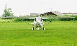 准备对起飞的白色特技飞机 免版税库存照片