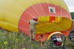 准备对飞行的热空气气球 Makariv,乌克兰 免版税库存图片