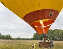 准备对飞行的热空气气球 Makariv,乌克兰 库存照片