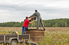 准备对飞行的热空气气球 Makariv,乌克兰 免版税库存照片