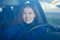 准备对驱动的汽车的少妇 免版税库存照片