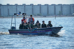 准备对滴下的小船的海军陆战队员 免版税图库摄影