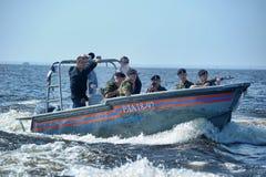 准备对滴下的小船的海军陆战队员 免版税库存照片