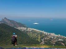 准备对滑翔伞飞行在里约热内卢 免版税库存图片
